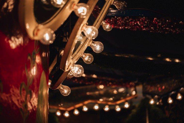 After-Wedding-Photoshooting-Braut-Karussell-Weihnachtsmarkt-AnnaJohannes-