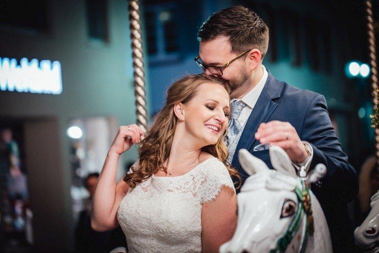 After-Wedding-Photoshooting-Braut-Karussell-Weihnachtsmarkt-AnnaJohannes-002