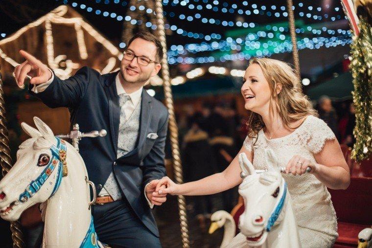 After-Wedding-Photoshooting-Braut-Karussell-Weihnachtsmarkt-AnnaJohannes-003