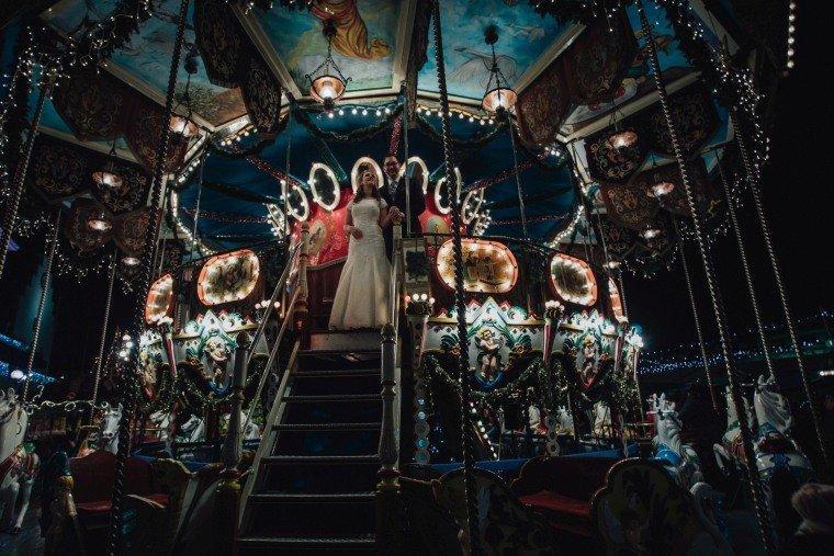 After-Wedding-Photoshooting-Braut-Karussell-Weihnachtsmarkt-AnnaJohannes-004