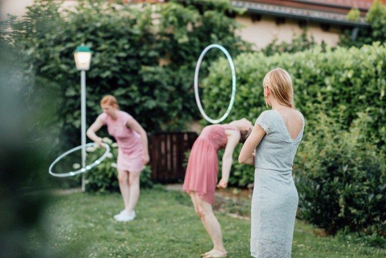 Hochzeitsfotos-Pfalzliebe-Hochzeitsreportage-Landau-Gordramstein-Anna-und-Johannes-019-hula-hoop