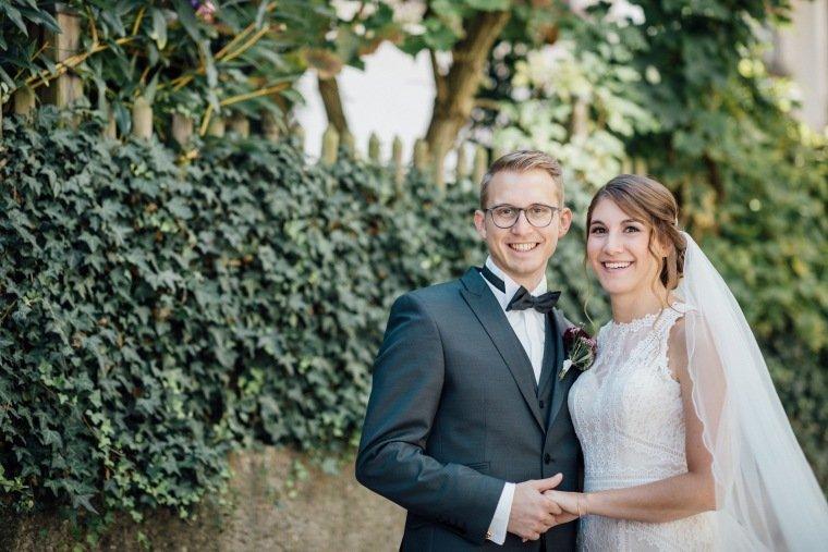 Hochzeitsfotos-Besigheim-Hochzeitsreportage-005-Paarfoto-Schleier-Brautkleid-Boho-Vintage-Spitze