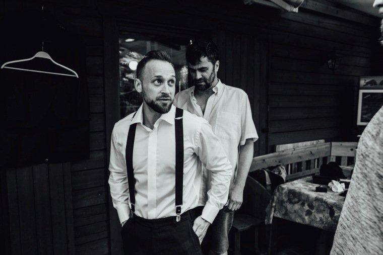 Hochzeitsfotos-Hochzeitsreportage-Stetten-001-getting-ready-Braeutigam-Hosentraeger