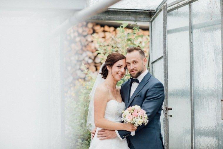Hochzeitsfotos-Hochzeitsreportage-Stetten-002-Paarfoto-Brautpaar-Gewaechshaus-1