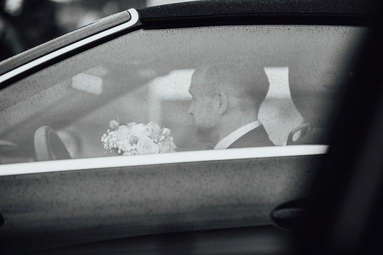 Hochzeitsfotos-Hochzeitsreportage-Stetten-007-Braeutigam-Regen