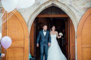Hochzeitsfotos-Hochzeitsreportage-Stetten-010-Kirche-Maria-Magdalena-Duerrenzimmern-Brautpaar-Auszug