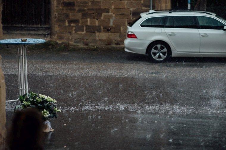 Hochzeitsfotos-Hochzeitsreportage-Stetten-013-Hochzeit-Regen