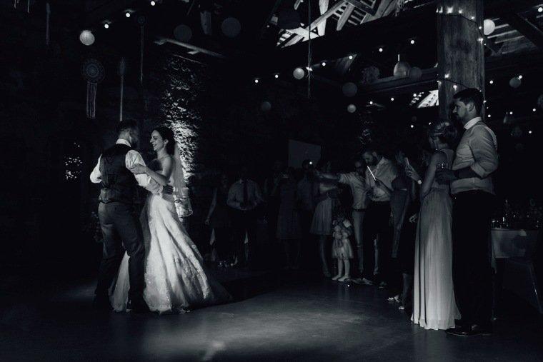 Hochzeitsfotos-Hochzeitsreportage-Stetten-021-alte-Kelter-Hochzeitstanz
