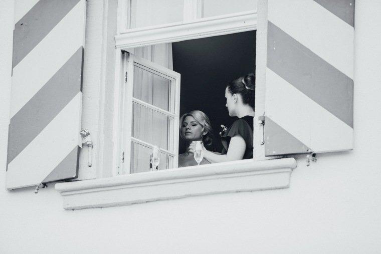 Hochzeitsfotos-Landgut-Schloss-Michelfeld-Hochzeitsreportage-Angelbachtal-006-Braut-Fenster-Getting-Ready