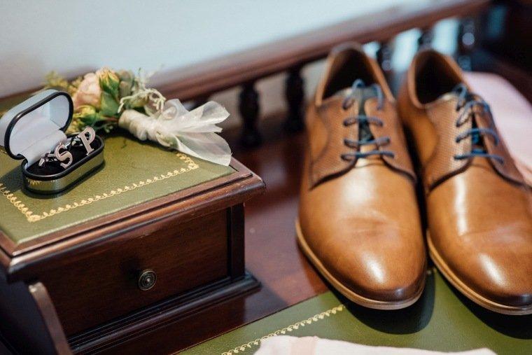 Hochzeitsfotos-Landgut-Schloss-Michelfeld-Hochzeitsreportage-Angelbachtal-007-Wedding-Details-Gaestezimmer-Schuze-Manschettenknoepfe-Initiale