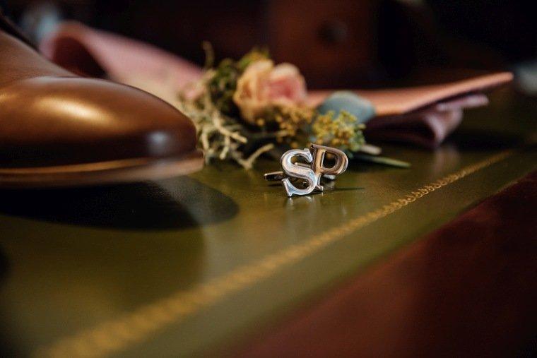 Hochzeitsfotos-Landgut-Schloss-Michelfeld-Hochzeitsreportage-Angelbachtal-009-Weddingdetails-Manschettenknoepfe-Initialen