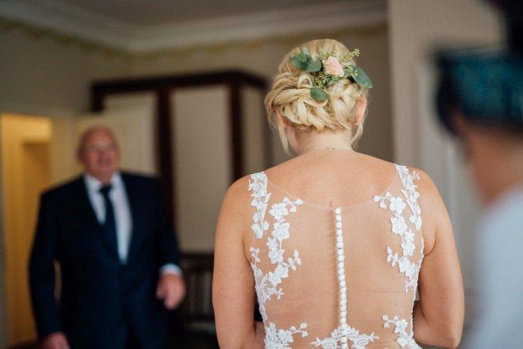 Hochzeitsfotos-Landgut-Schloss-Michelfeld-Hochzeitsreportage-Angelbachtal-010-Braut-Brautkleid-Brautvater