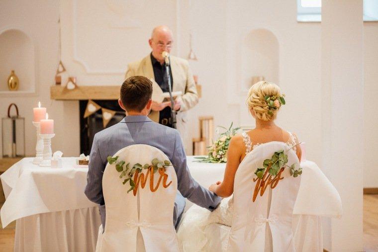 Hochzeitsfotos-Landgut-Schloss-Michelfeld-Hochzeitsreportage-Angelbachtal-012F-reie-Trauung-Indoor