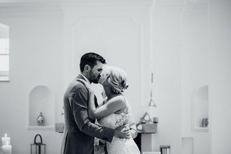 Hochzeitsfotos-Landgut-Schloss-Michelfeld-Hochzeitsreportage-Angelbachtal-013-Brautpaar-Kuss