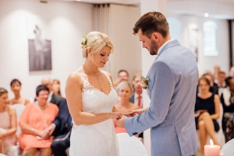 Hochzeitsfotos-Landgut-Schloss-Michelfeld-Hochzeitsreportage-Angelbachtal-014-Indoor-Freie-Trauung-Ringtausch