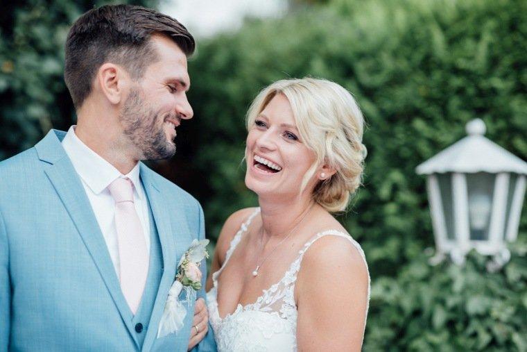 Hochzeitsfotos-Landgut-Schloss-Michelfeld-Hochzeitsreportage-Angelbachtal-025-Brautpaar-Tattoospitze