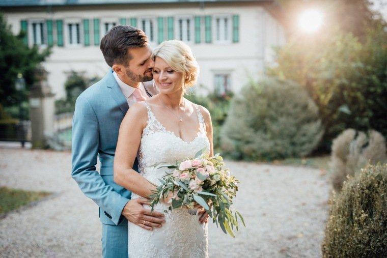 Hochzeitsfotos-Landgut-Schloss-Michelfeld-Hochzeitsreportage-Angelbachtal-027-Brautpaar-Tattoospitze-Sonnenuntergang-hellblauer-Anzug