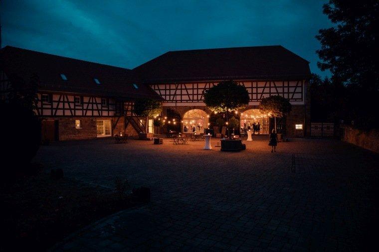 Hochzeitsfotos-Landgut-Schloss-Michelfeld-Hochzeitsreportage-Angelbachtal-033-Innenhof-Abend