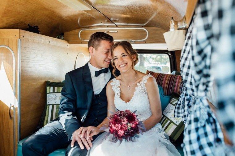 Hochzeitsfotos-Ludwigsburg-Hochzeitsreportage-044-VW-Bulli-Hochzeitsauto-Hochzeitsbulli-Brautpaar