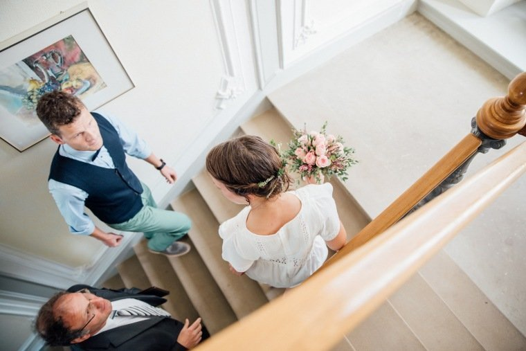 Hochzeitsfotos-Odenwald-Hochzeitsreportage-006-Standesamt-Brautpaar-Treppe