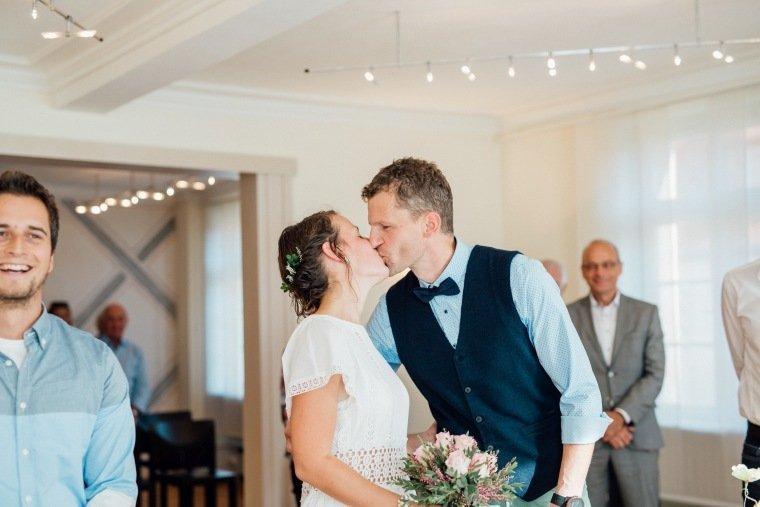 Hochzeitsfotos-Odenwald-Hochzeitsreportage-011-Standesamt-Kuss-Brautpaar