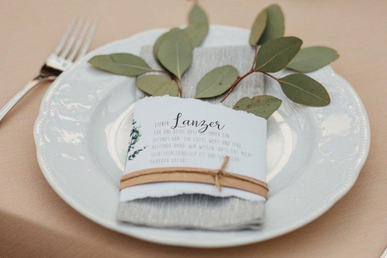 Hochzeitsfotos-Odenwald-Hochzeitsreportage-017-Tischdeko-Eukalyptus-Sitzplan-Tischkaertchen