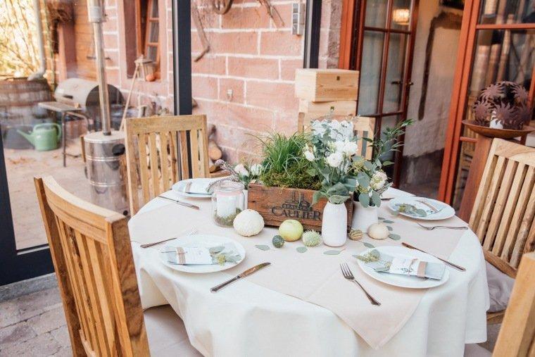 Hochzeitsfotos-Odenwald-Hochzeitsreportage-020-Tischdeko-Greenery-Wedding-Heustadel-Fahrenbach