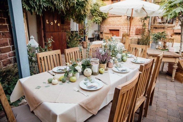 Hochzeitsfotos-Odenwald-Hochzeitsreportage-021-DIY-Tischdeko-Greenery-Fahrenbach-Heustadel