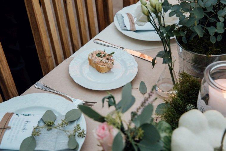 Hochzeitsfotos-Odenwald-Hochzeitsreportage-029-DIY-Greenery-Wedding-Deko-Haeppchen-Tischdeko