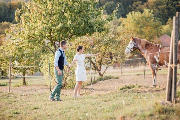 Hochzeitsfotos-Odenwald-Hochzeitsreportage-040-Brautpaar-Pferd
