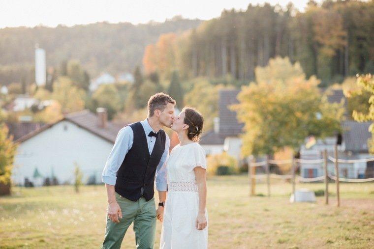 Hochzeitsfotos-Odenwald-Hochzeitsreportage-041-Brautpaar-Wiese-Kuss