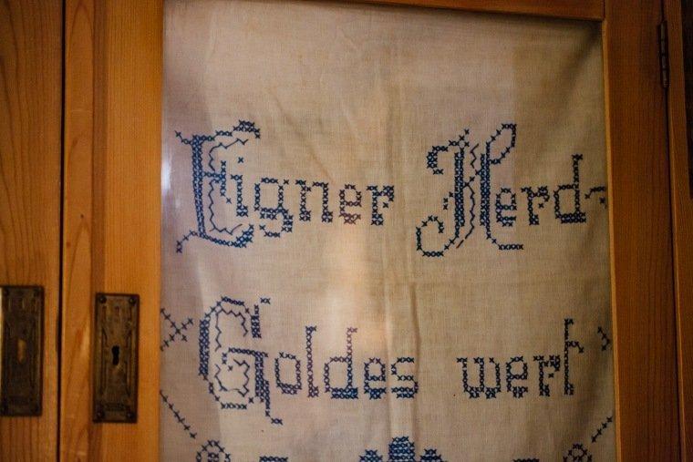 Hochzeitsfotos-Odenwald-Hochzeitsreportage-050-Details-Fahrenbach-Heustadel-Stickerei