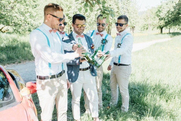 festival-wedding-Gartenhochzeit-Heilbronn-004-Groomsmen-Fliegen-Hosentraeger