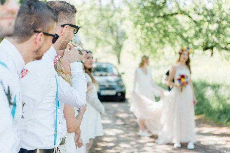 festival-wedding-Gartenhochzeit-Heilbronn-009-first-look-Brautjungfer-Trauzeugen-Braut