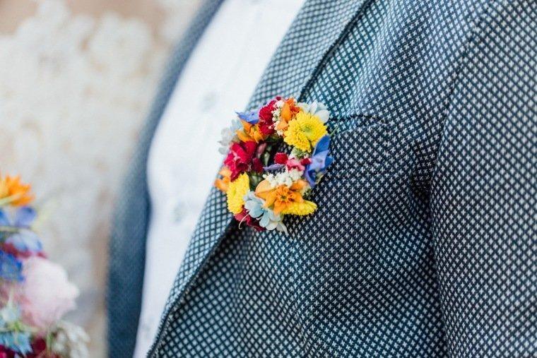 festival-wedding-Gartenhochzeit-Heilbronn-011-Anstecker-Brauetigam-Hochzeitsfloristik