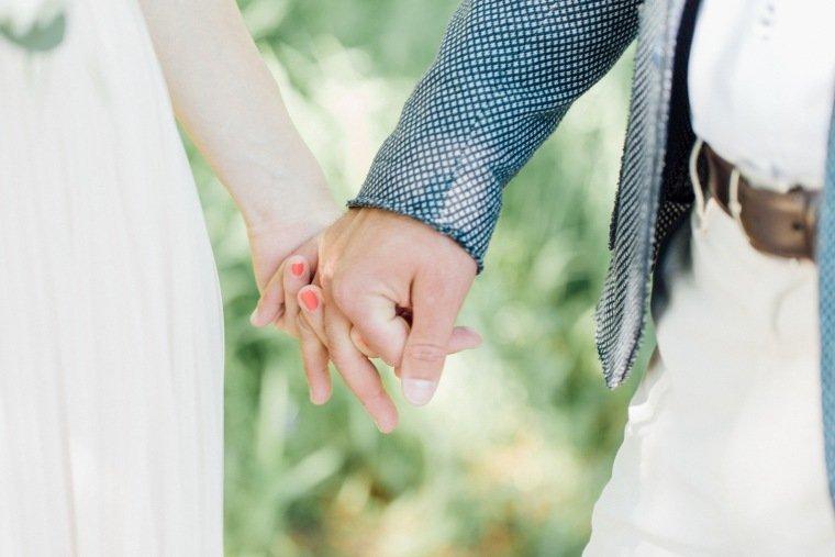 festival-wedding-Gartenhochzeit-Heilbronn-012-Liebe-Brautpaar-Haende