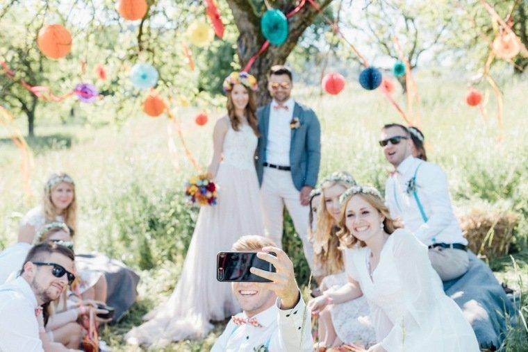 festival-wedding-Gartenhochzeit-Heilbronn-016-Lampions-Haarkranz-Boho-Wiese-Vintage