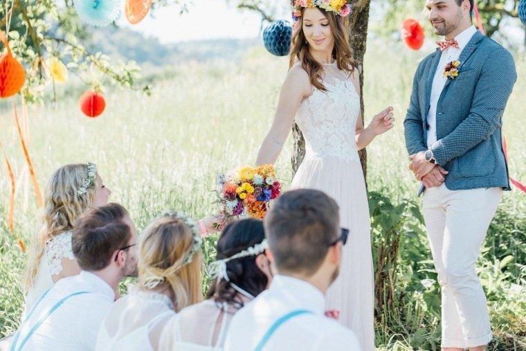 festival-wedding-Gartenhochzeit-Heilbronn-018-freie-Trauung-Brautpaar-Outdoor-Wedding-Wiese