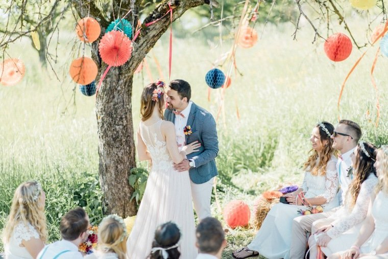 festival-wedding-Gartenhochzeit-Heilbronn-020-outdoor-wedding-freie-Trauung-Boho-Wiese-kisses
