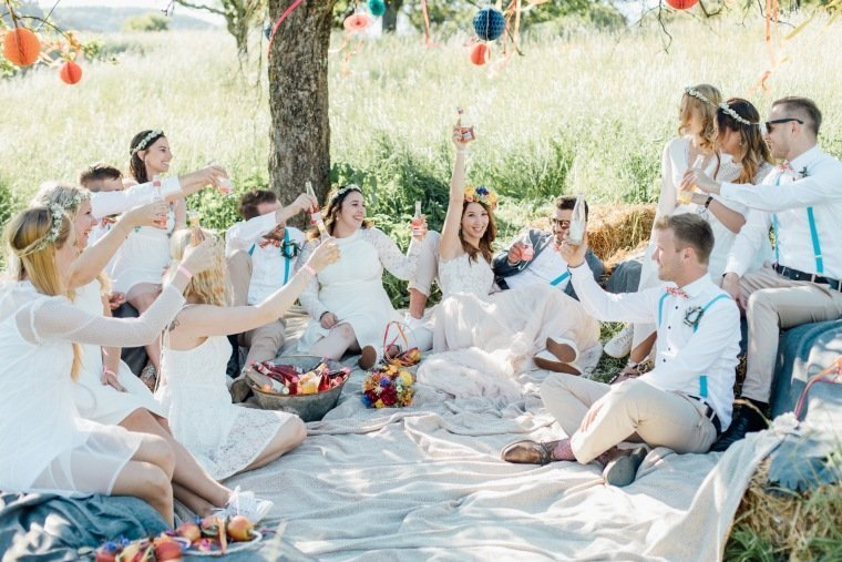 festival-wedding-Gartenhochzeit-Heilbronn-027-Hochzeitsgesellschaft-hochzeitspicknick-wiese-strohballen