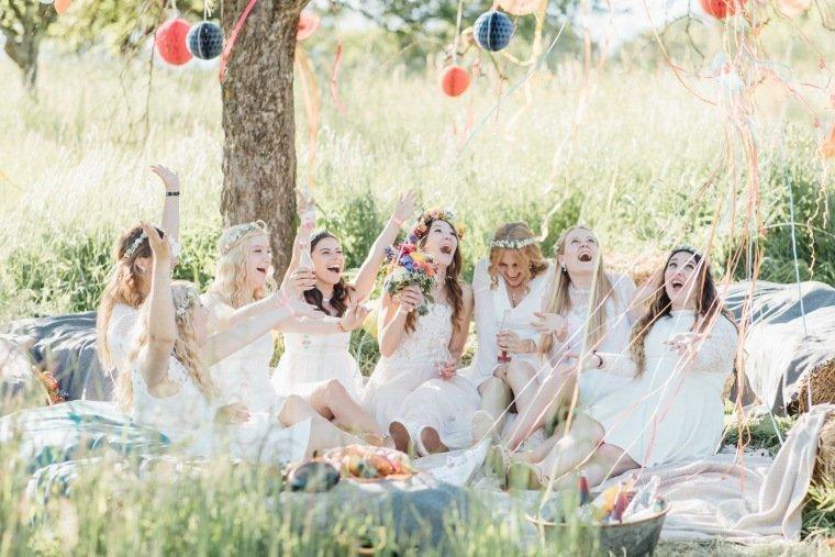 festival-wedding-Gartenhochzeit-Heilbronn-030-bridesmaids-Sommerhochzeit-Wiese-boho-Luftschlangen