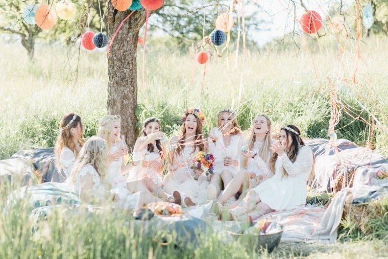 festival-wedding-Gartenhochzeit-Heilbronn-031-Brautjungfern-Freude-Party-Picknick-Boho-Wiese