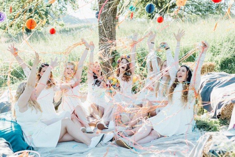 festival-wedding-Gartenhochzeit-Heilbronn-033-brautjungfern-braut-Party-Boho-Wiese