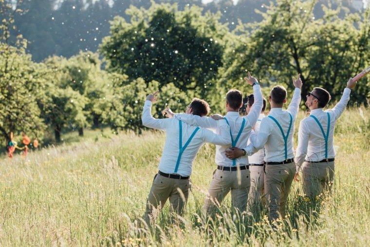festival-wedding-Gartenhochzeit-Heilbronn-037-groomsmen-hosentraeger-crewlove