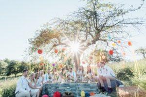 festival-wedding-Gartenhochzeit-Heilbronn-040-Hochzeitsgesellschaft-Picknick-Strohballen-Sonnneuntergang-Outdoorwedding