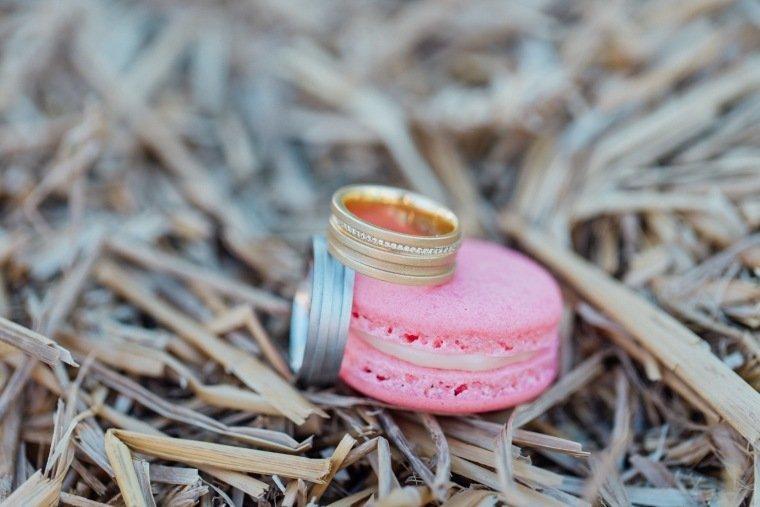 festival-wedding-Gartenhochzeit-Heilbronn-041-Eheringe-gold-silber-macarons