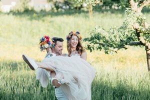 festival-wedding-Gartenhochzeit-Heilbronn-046-Happycouple-Rosa-Brautkleid-bunter-Brautstrauss