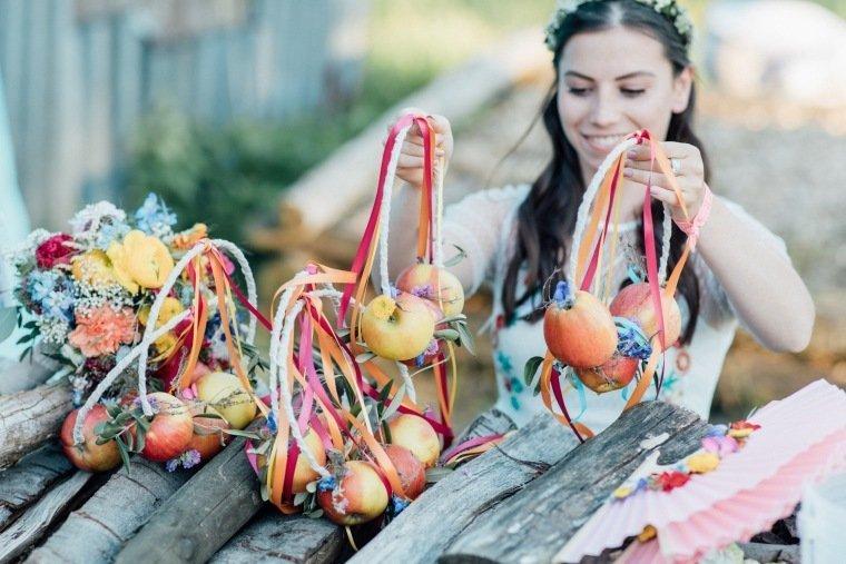 festival-wedding-Gartenhochzeit-Heilbronn-049-alternativer-Brautstrauss-Sommerhochzeit-Aepfel-Blumenringe-Blumenreifen
