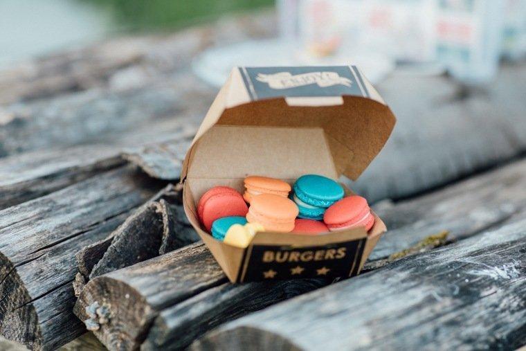 festival-wedding-Gartenhochzeit-Heilbronn-050-Candybar-Macarons-Burgerbox