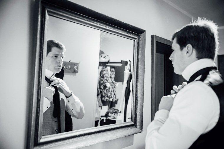 Hochzeitsfotos-Heilbronn-Hochzeitsreportage-012-Herbsthochzeit-Getting-Ready-Braeutigam-Krawatte-Spiegel